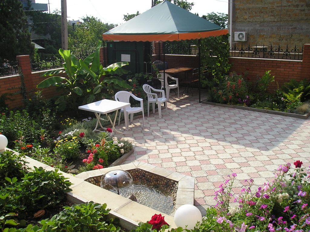 Дизайн двора дома с фонтаном