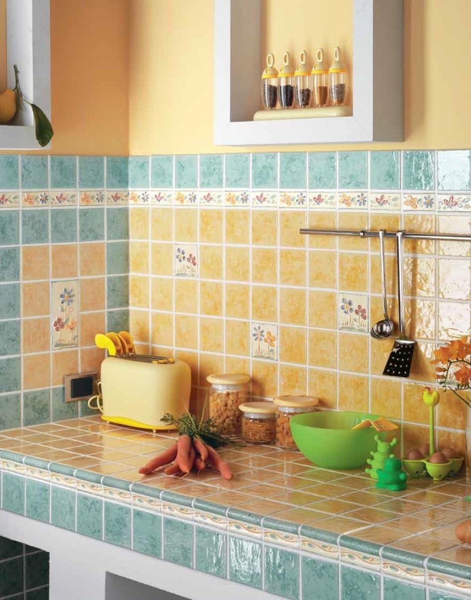 Желтая глазурованная плитка на кухне