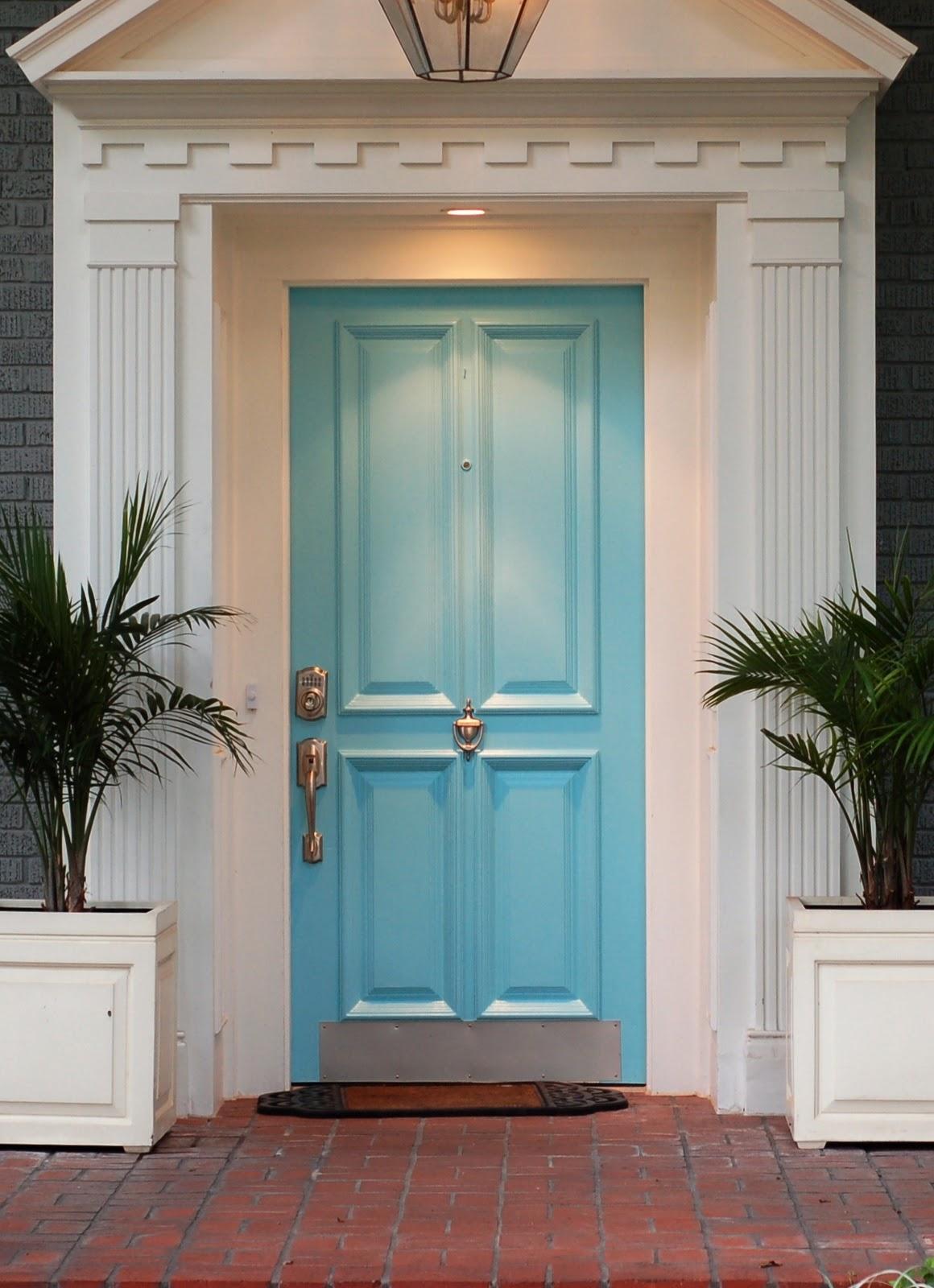 Входная дверь голубого цвета