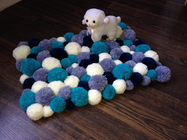 Голубой коврик из помпонов