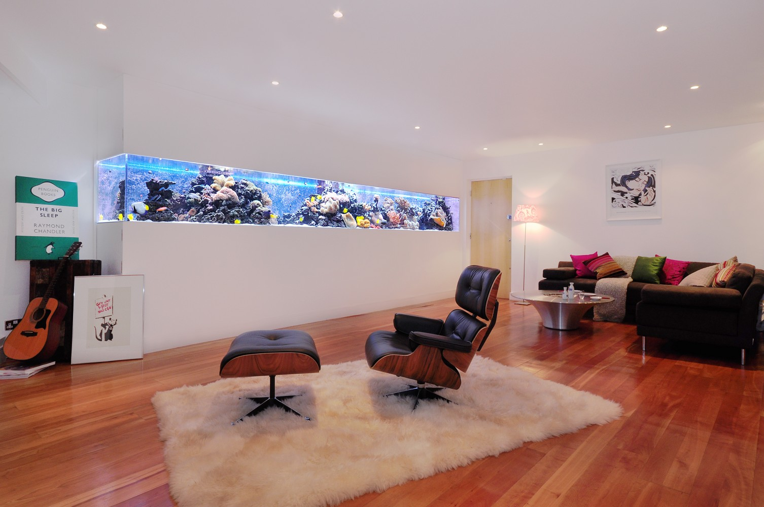 Аквариум в стене в интерьере гостиной