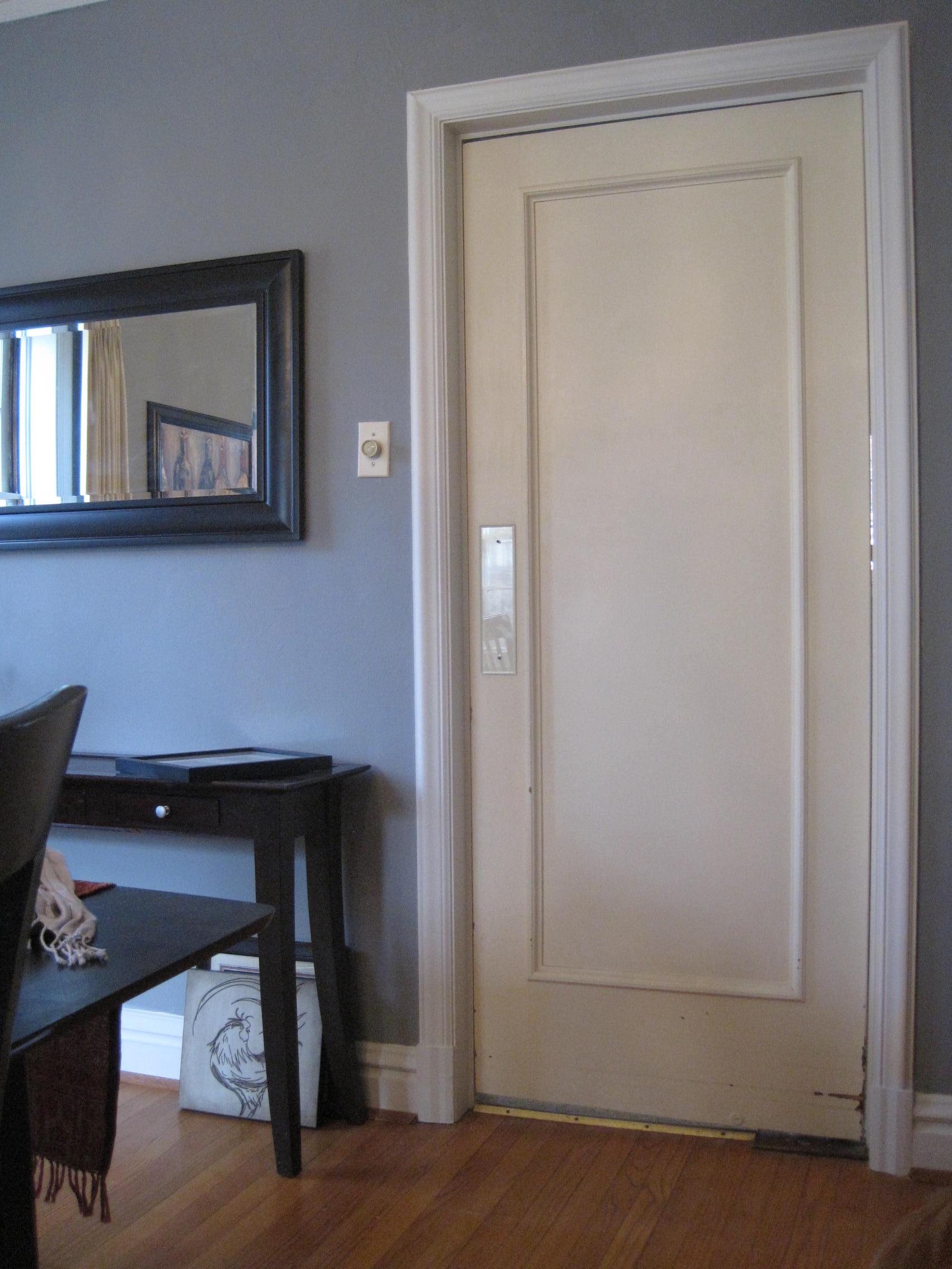 Распашная маятниковая дверь в гостиной