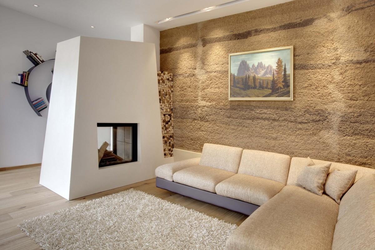 Теплая штукатурка с декоративным покрытием в интерьере гостиной