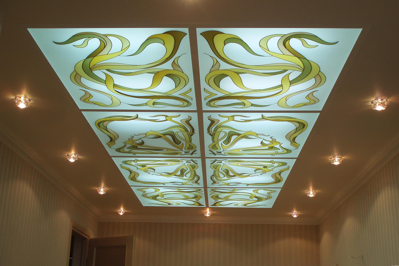 Витражный потолок в гостиной