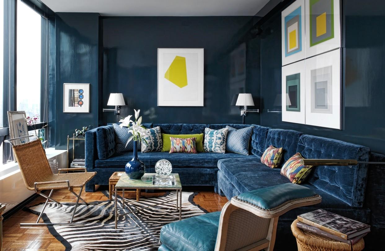 Глянцевая краска на стене в гостиной