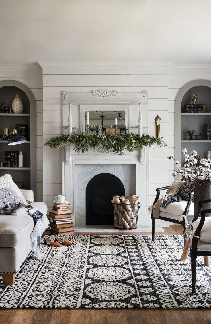 Белый узорчатый ковер в гостиной