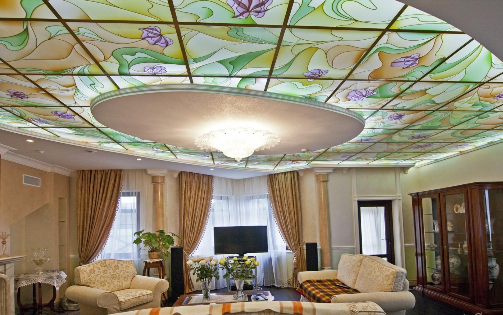 Витражный потолок в интерьере гостиной