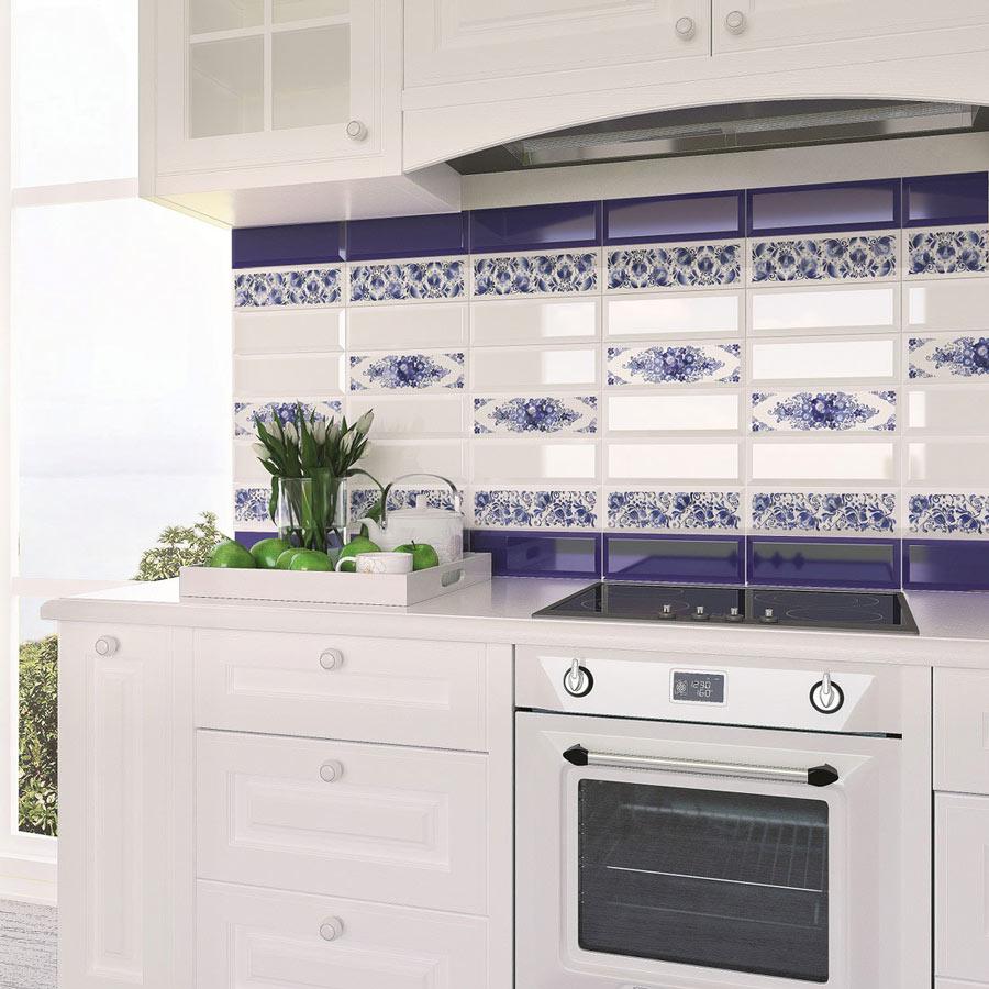 Синяя плитка с гжелью в интерьере кухни