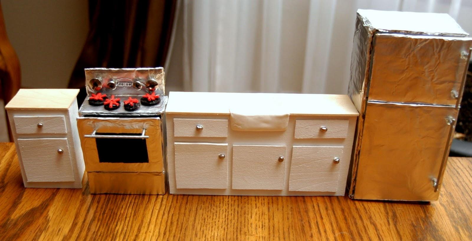 Холодильник из картона игрушечный