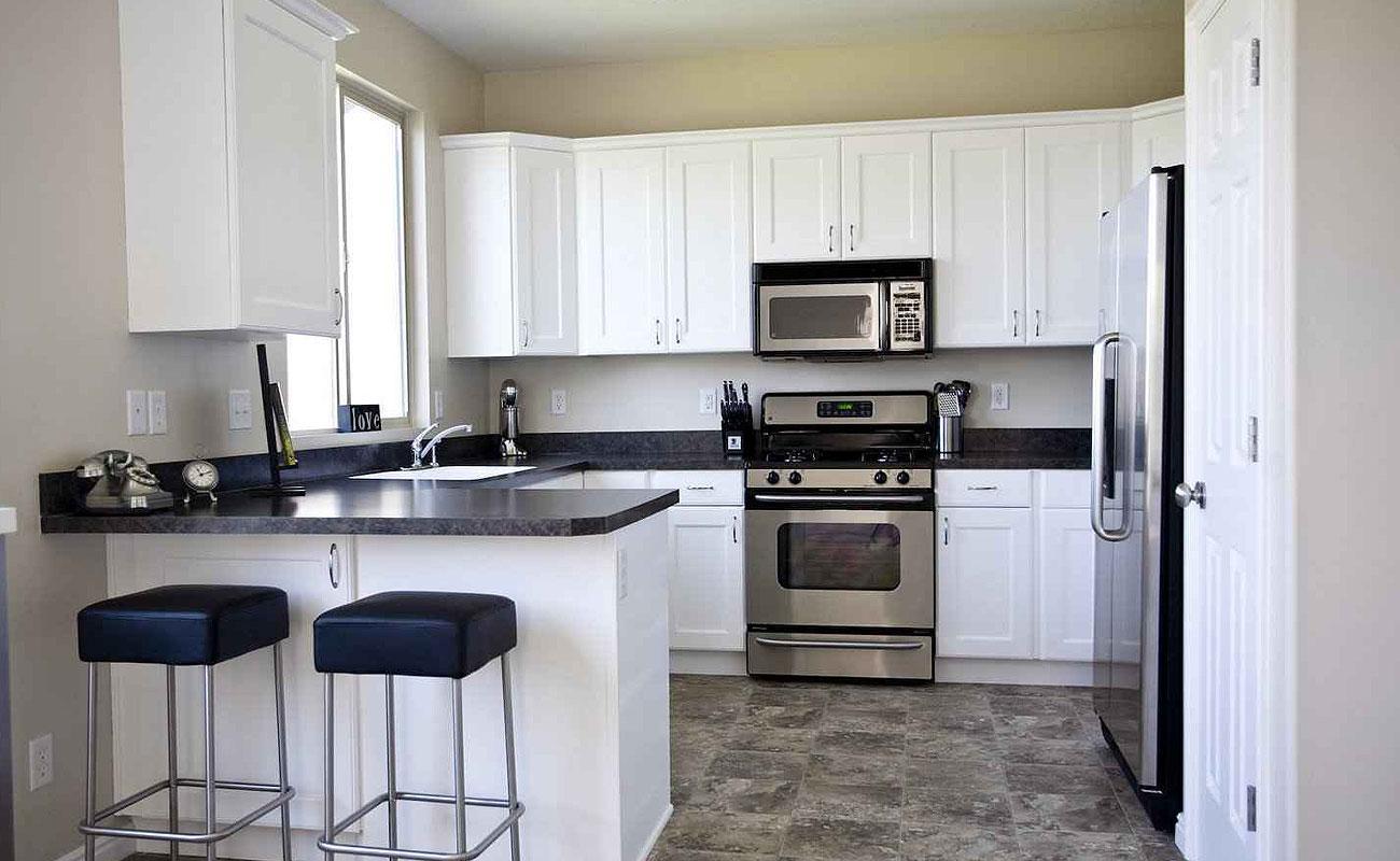 Кухонный гарнитур с барной стойкой и столешницей из искусственного камня