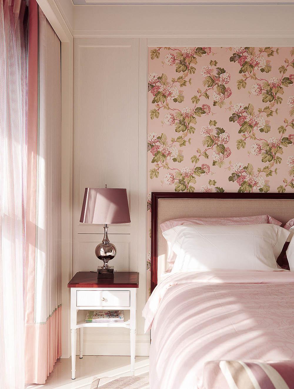 Ткань над изголовьем кровати в спальне