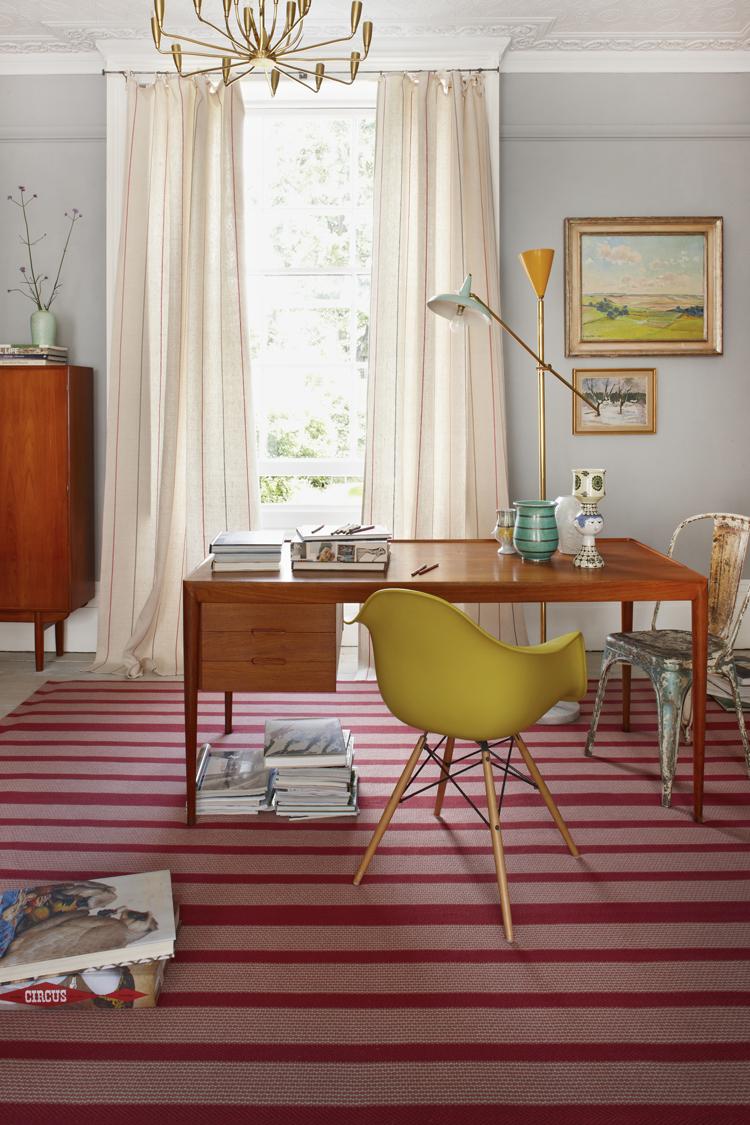 Малиновый цвет в кабинете