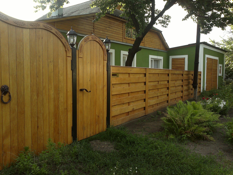 Деревянный забор с калиткой