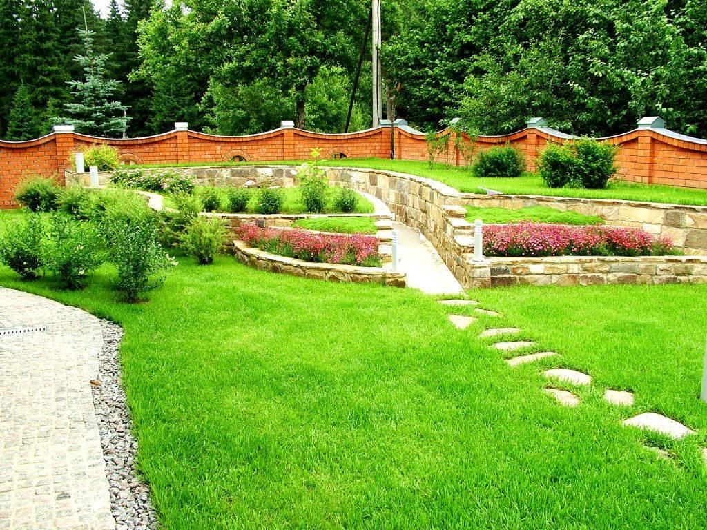 Камень в дизайне двора дома