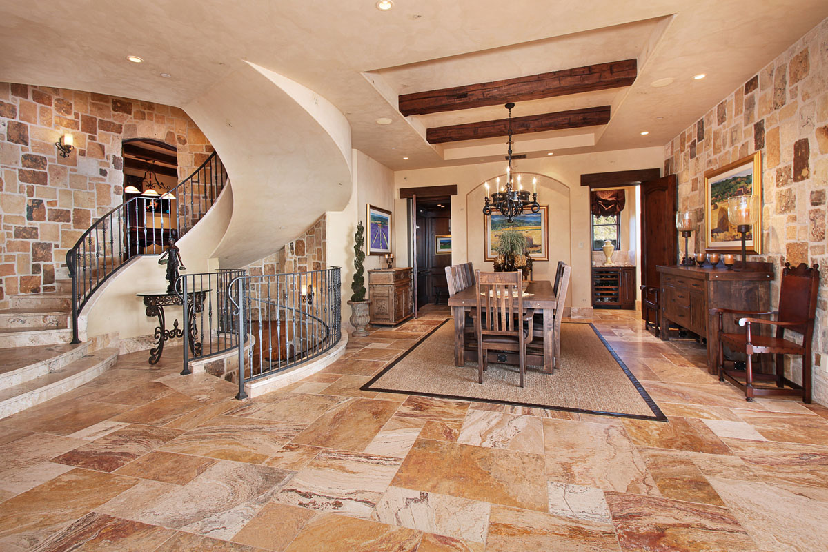 Натуральный камень в тосканском интерьере дома