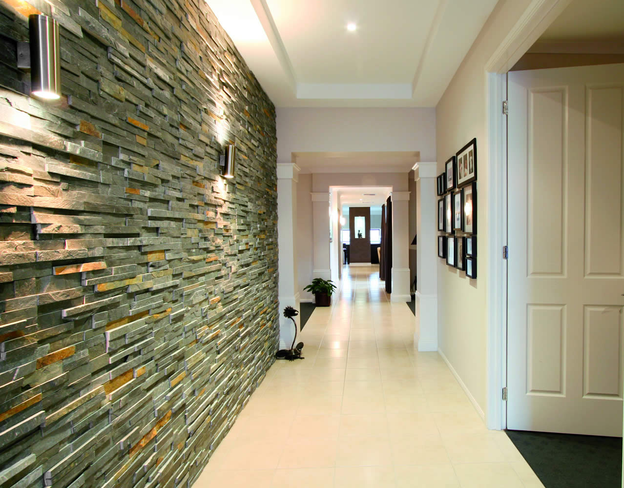 Стеновые каменные панели в коридора