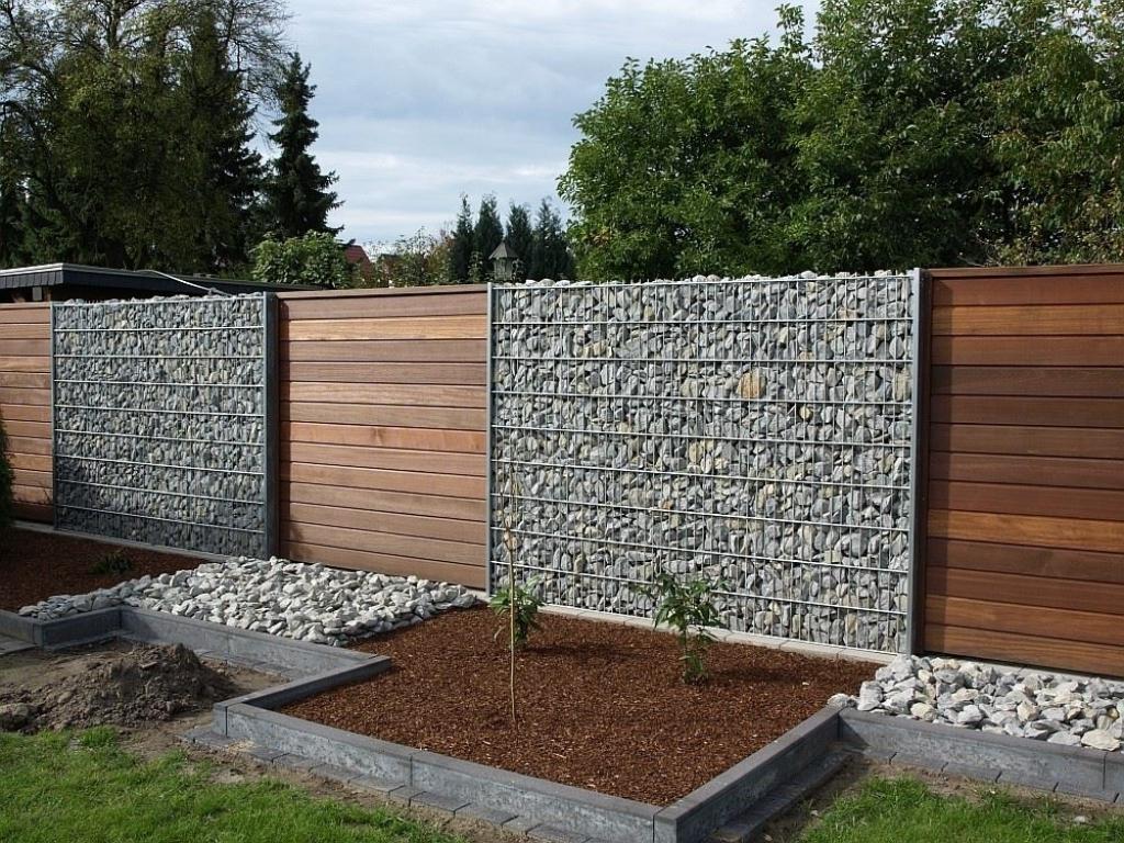 Деревянный забор с камнями