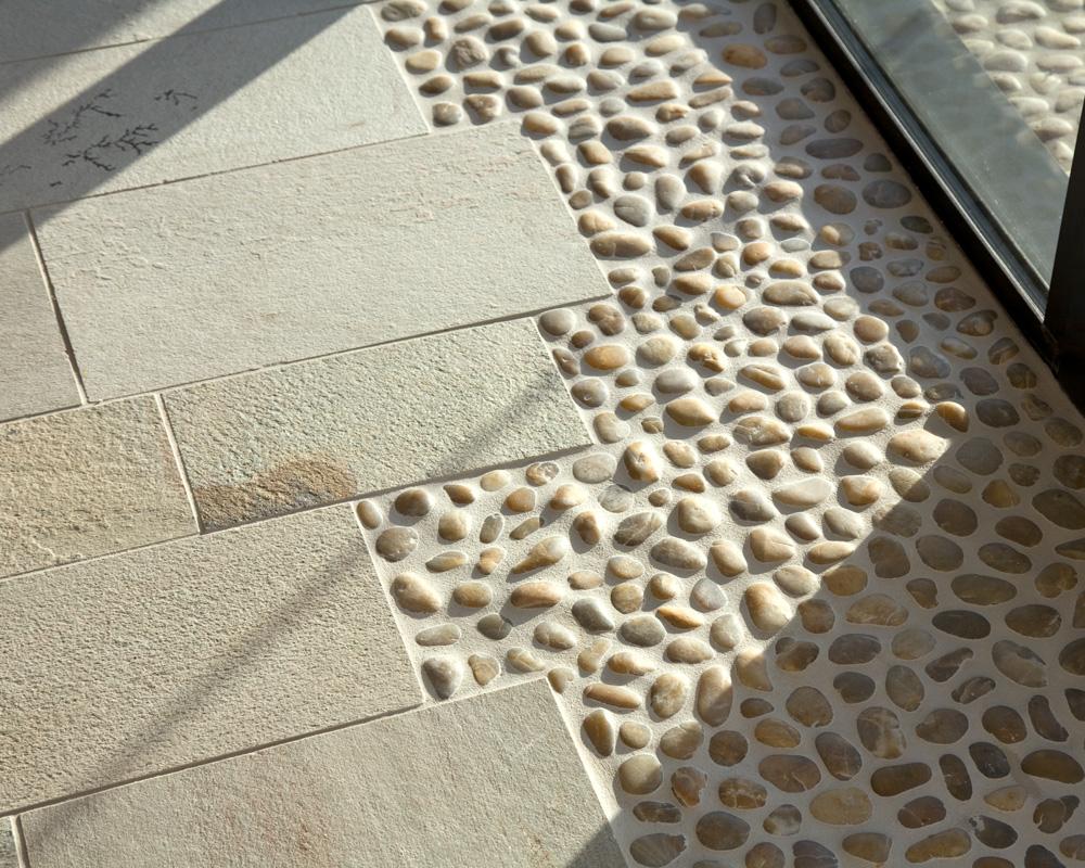 Натуральный камень на полу в интерьере