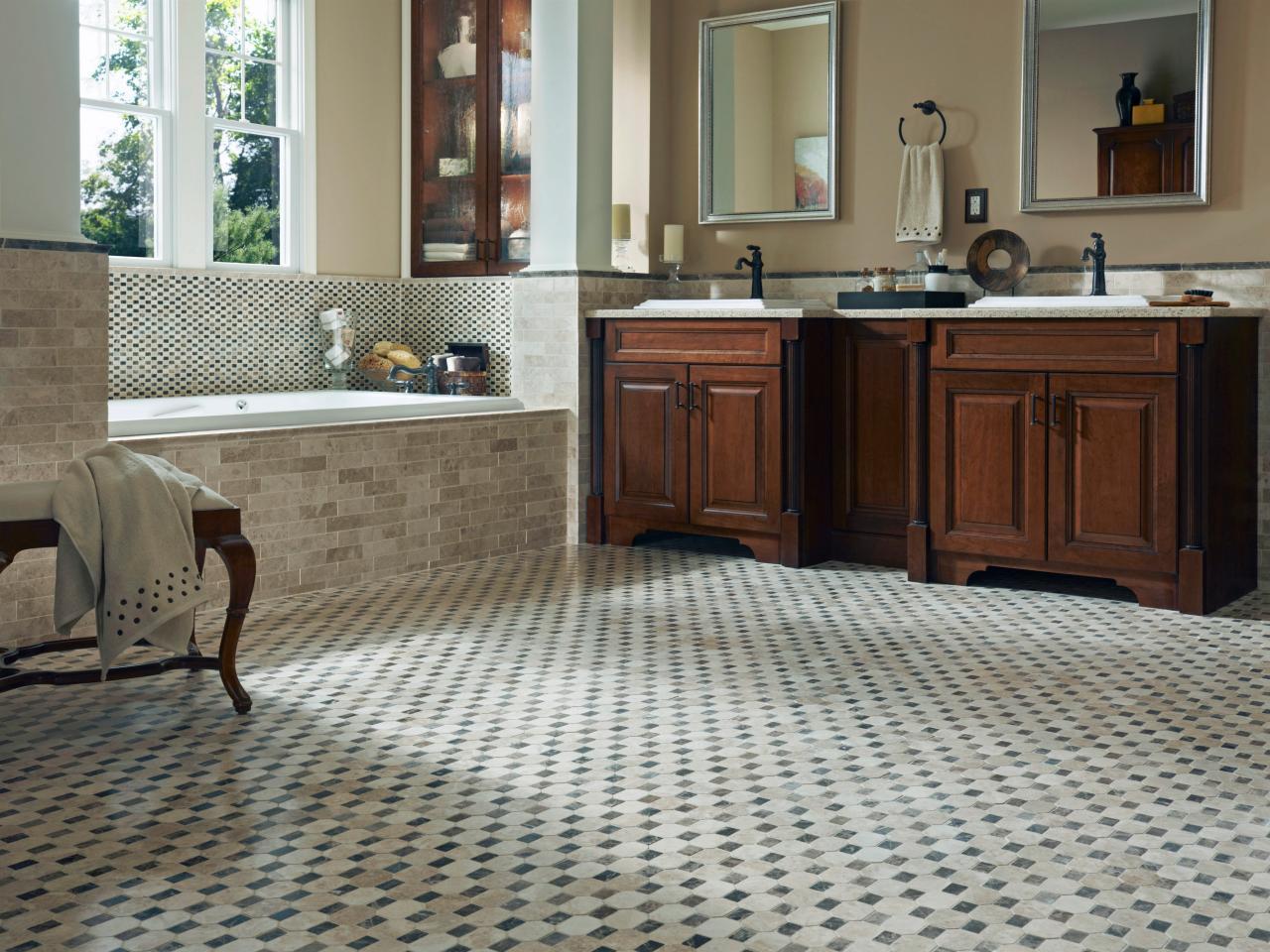 Каменная мозаика на полу ванной