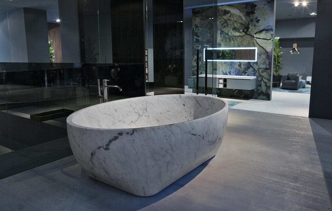 Круглая каменная ванна