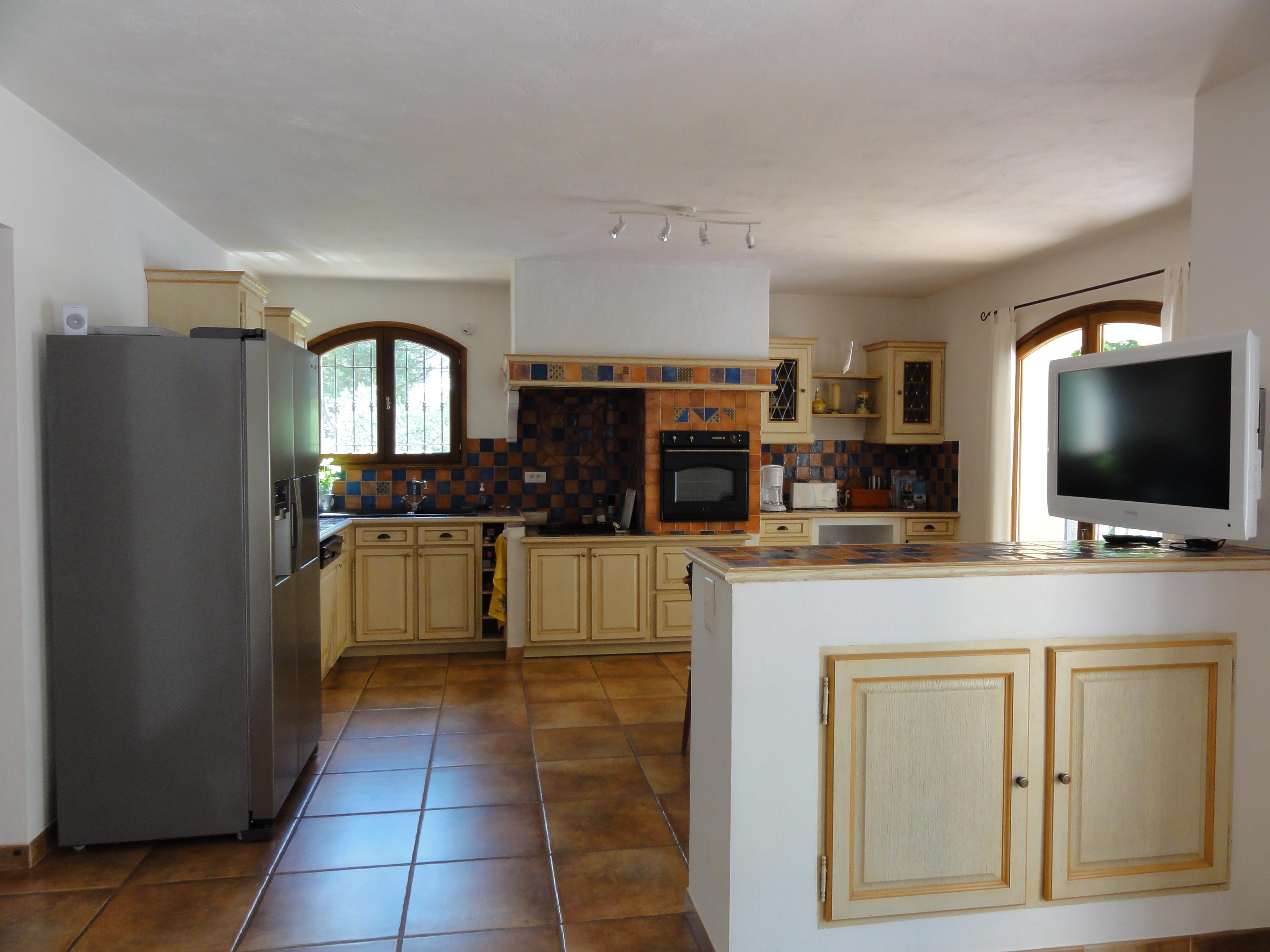 Перегородка между кухней и гостиной в стиле кантри