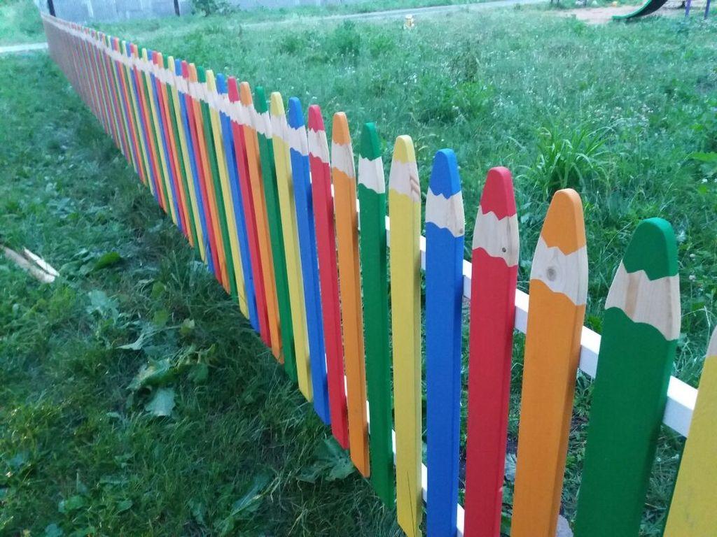 Деревянный забор в виде карандашей