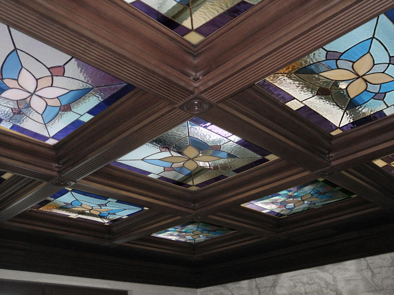 Кессонный витражный потолок