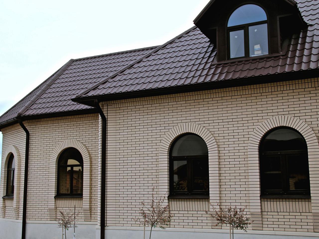 Крыша кирпичного дома с мансардой
