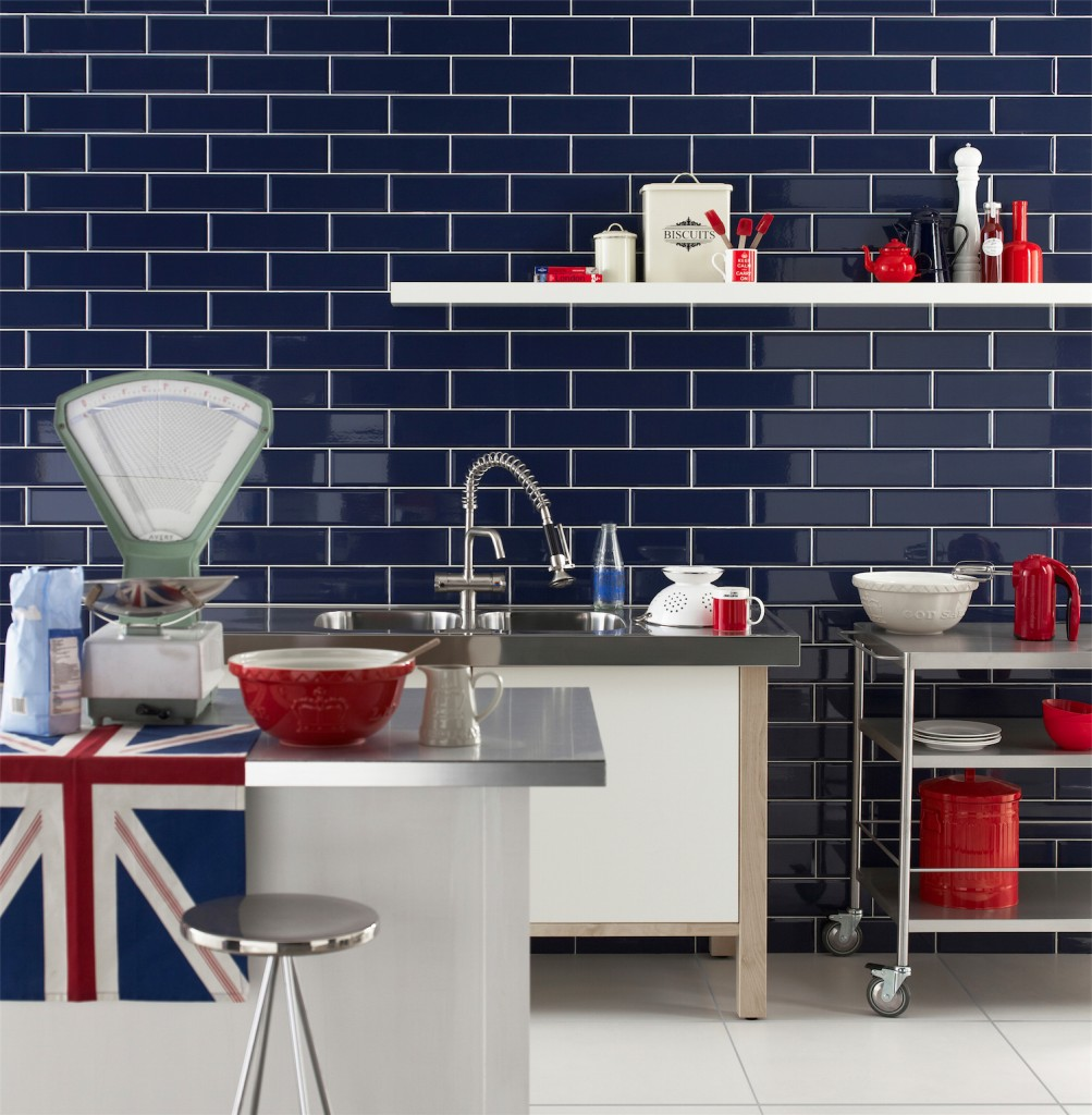 Синяя плитка-кирпичик на кухне