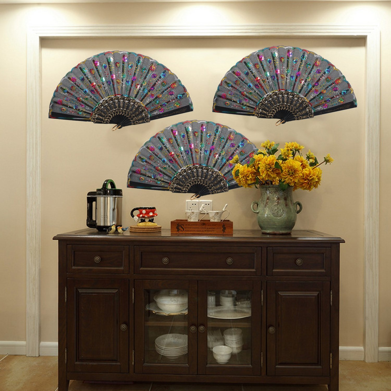 Китайский веер на стене в интерьере