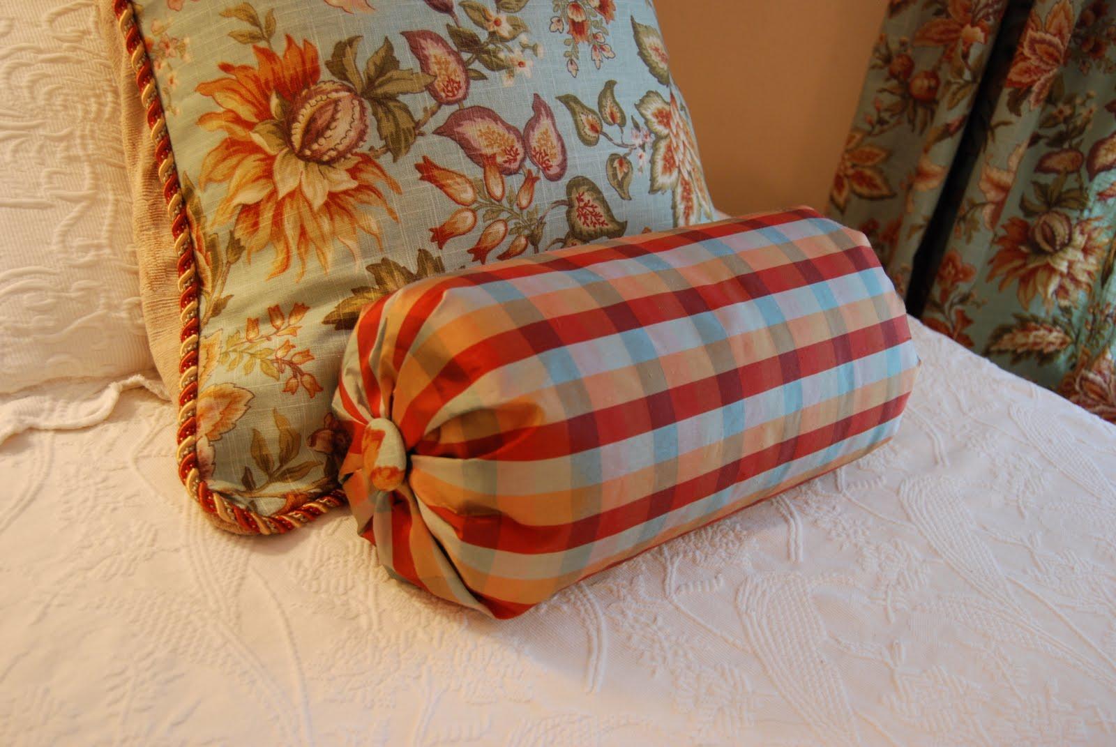 Подушка валик клетчатая