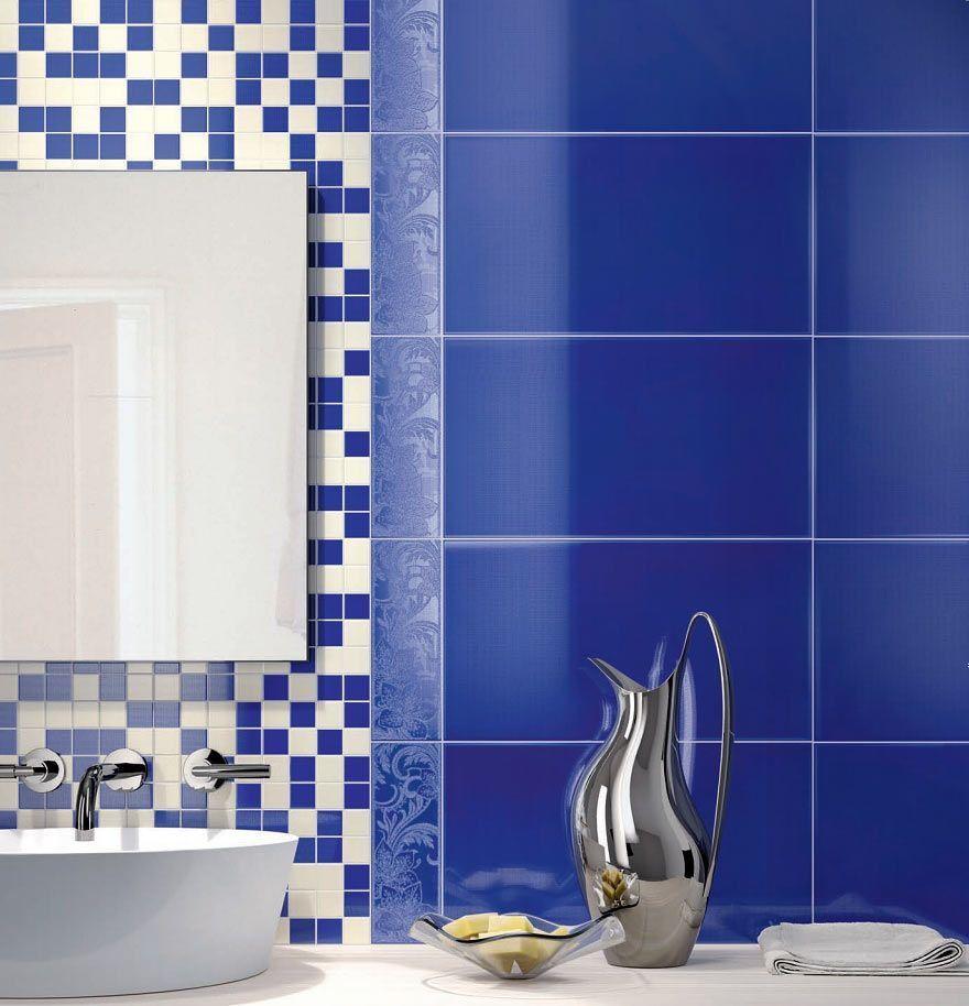 Комбинированная синяя плитка на стене в ванной