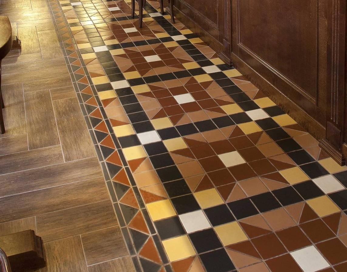 Метлахская плитка коричневого цвета