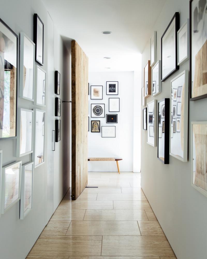 Картины в коридоре дома