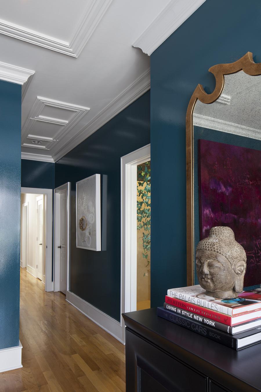 Глянцевая краска на стене в коридоре