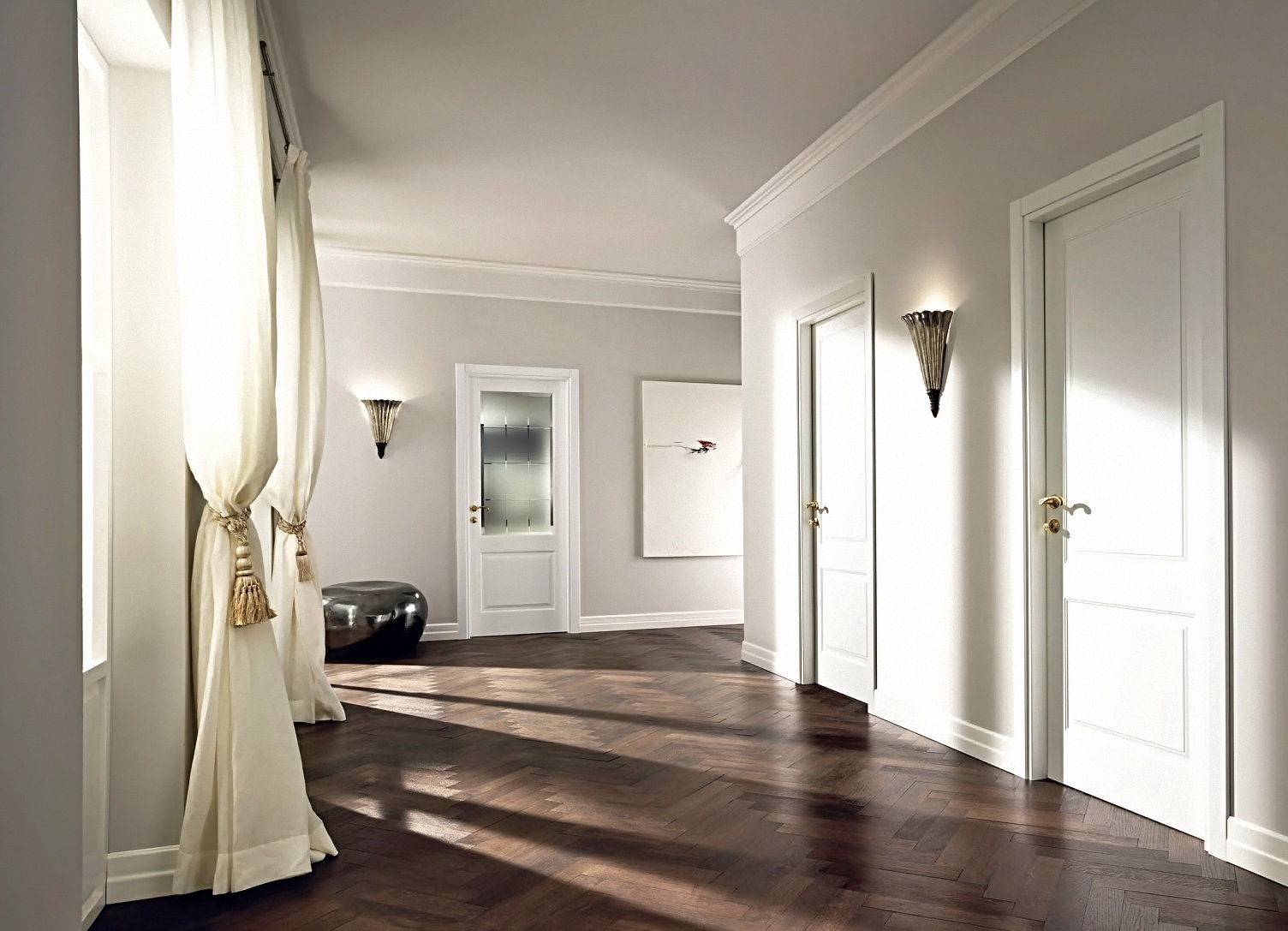 Белые двери в коридоре