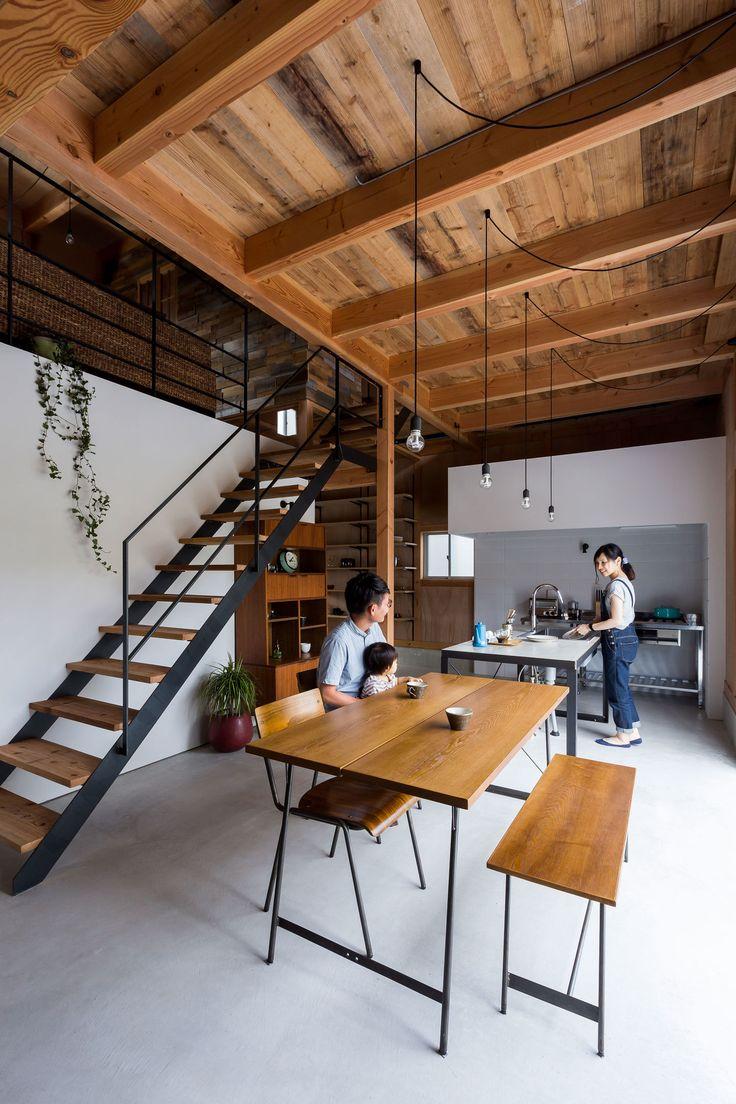Перегородка между кухней и гостиной с высоким потолком