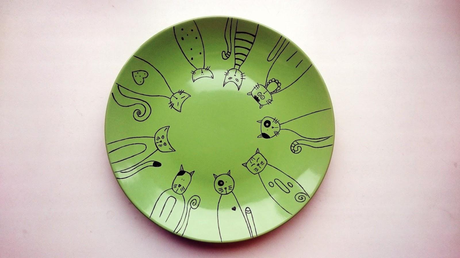 Изображение котов на тарелке