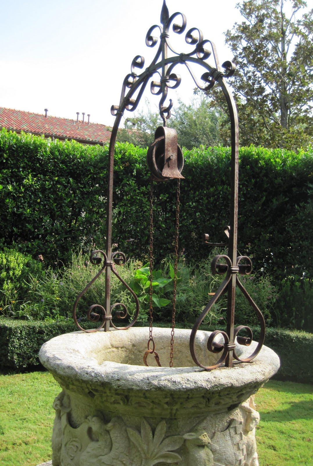 Кованый колодец в саду