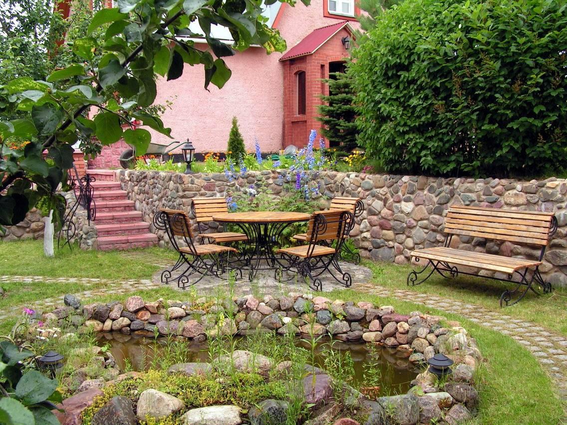 Кованая мебель в дизайне двора дома