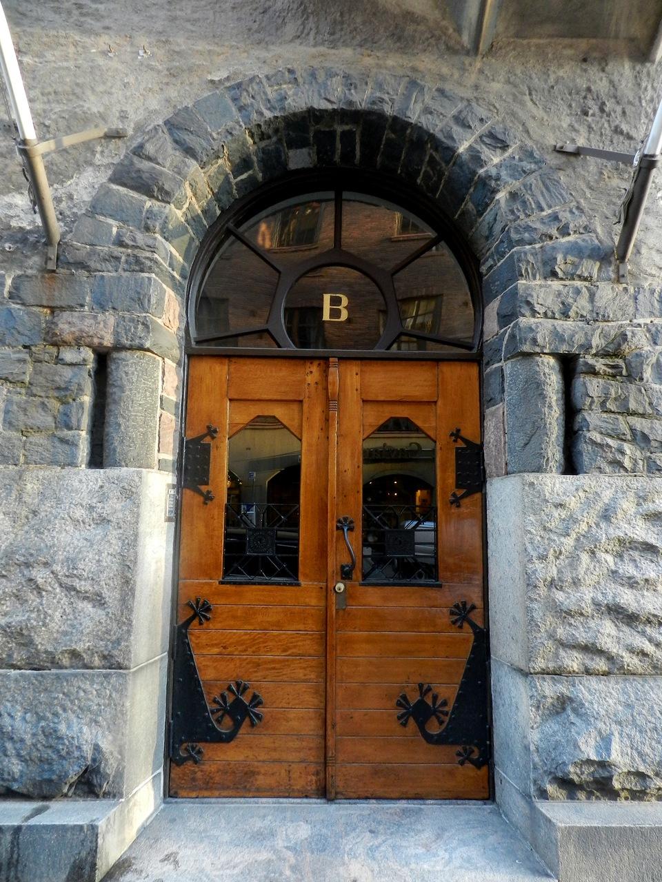 Кованая дверь в стиле модерн