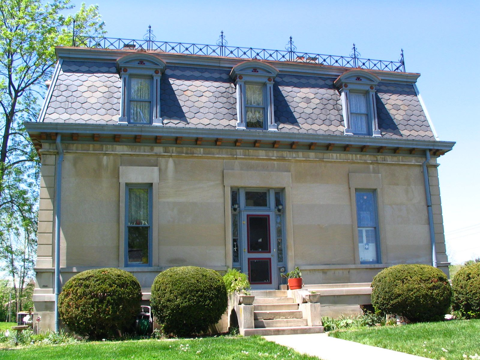 Крыша с мансардой и кованым декором