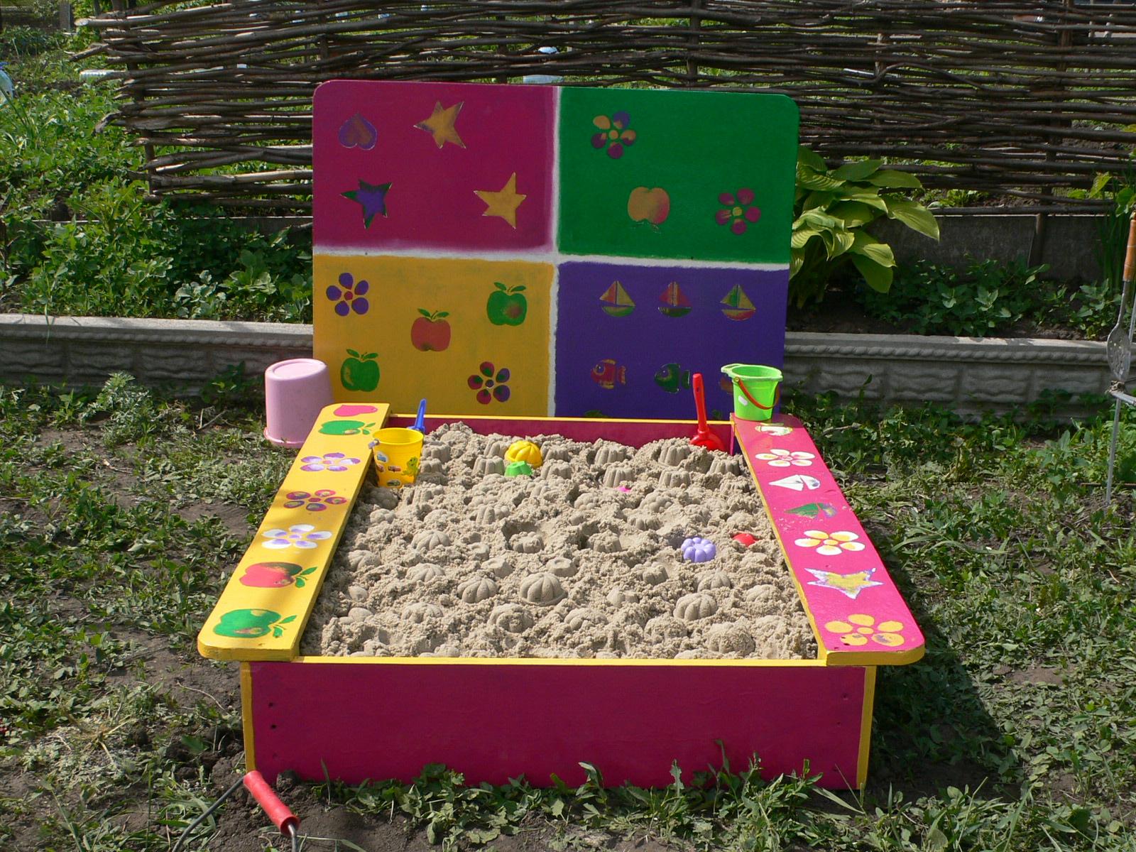 Детская крашеная песочница