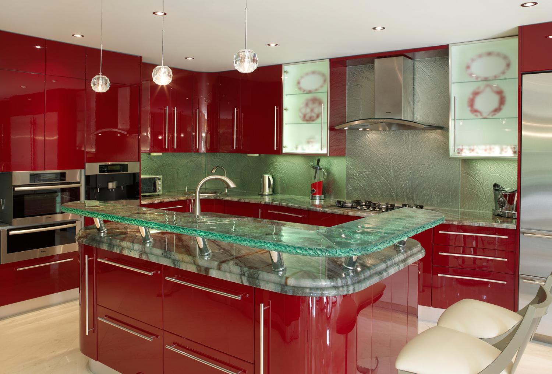 Красный кухонный гарнитур с барной стойкой