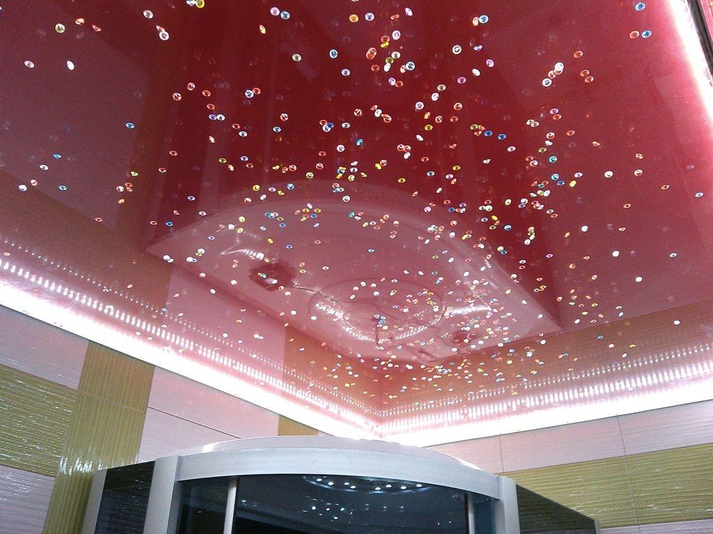 3d-потолок красного цвета