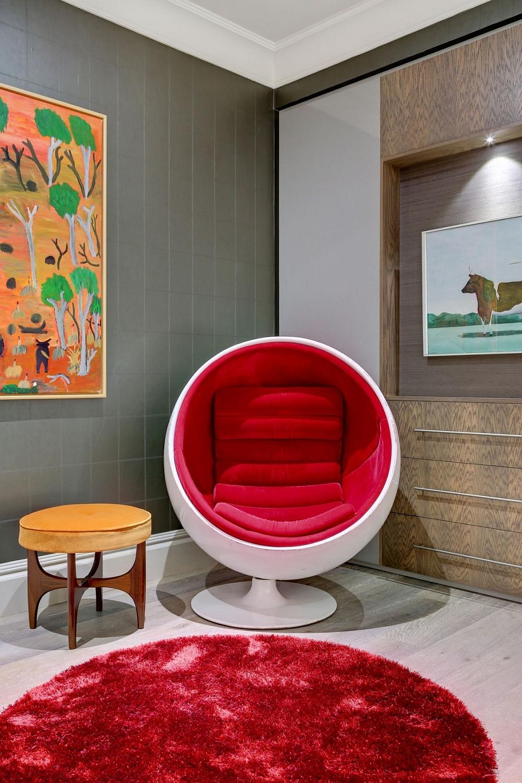 Кресло-шар красного цвета в интерьере