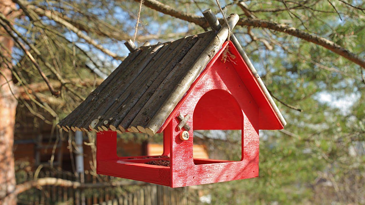 Красная кормушка для птиц