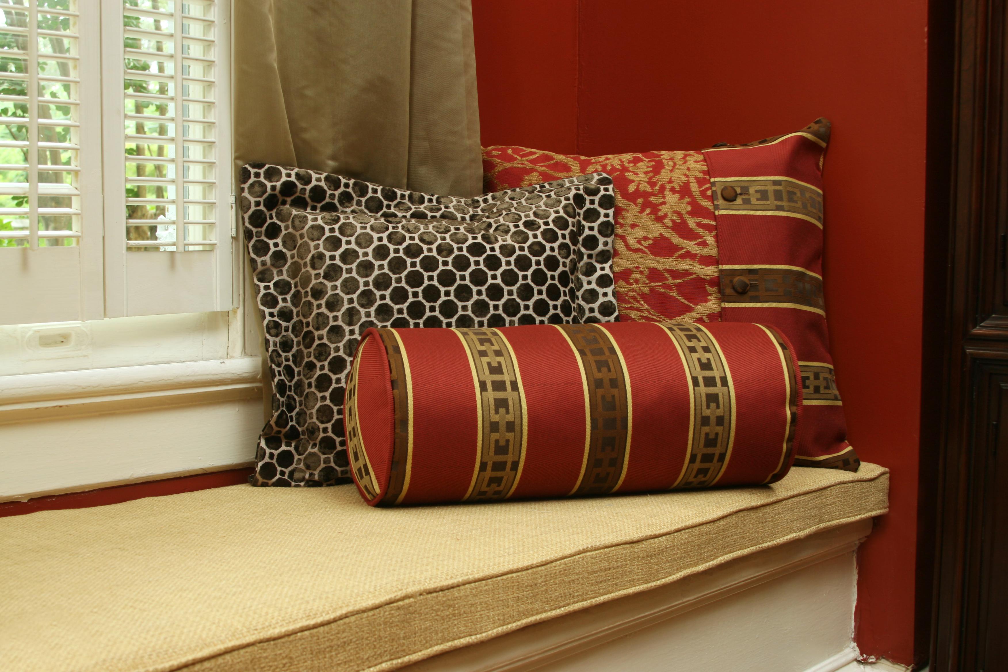 Подушка валик красная