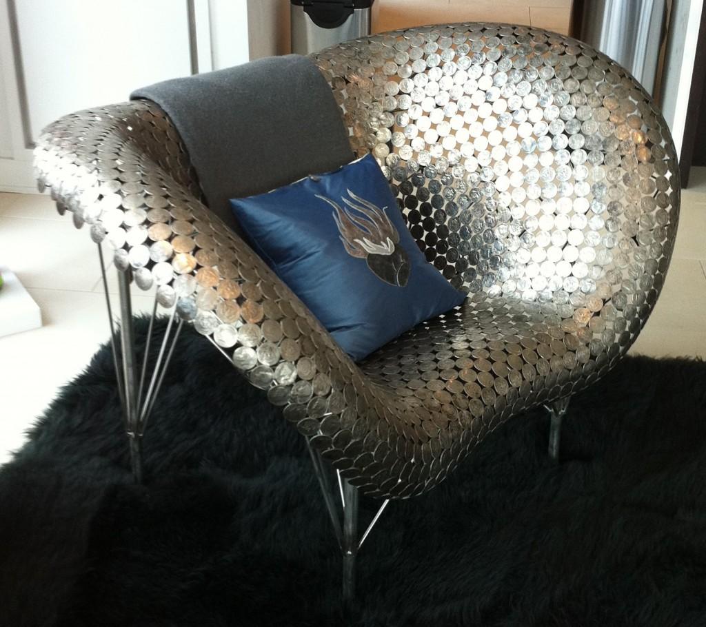 Декор кресла монетами