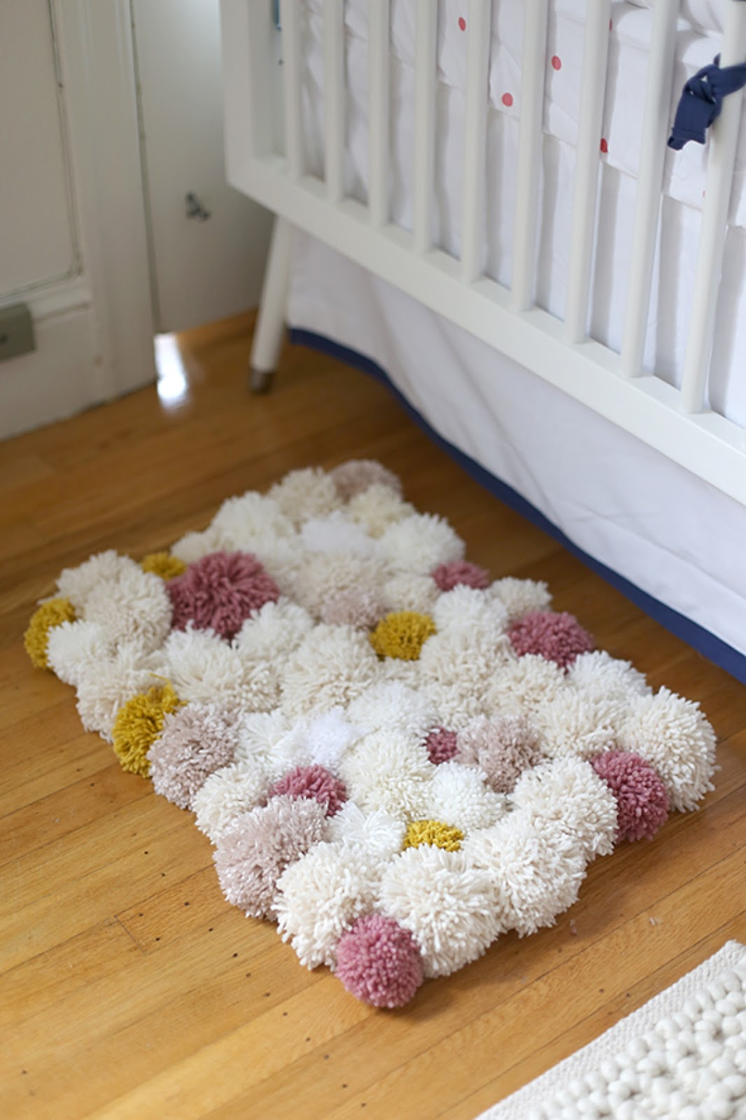 Прикроватный коврик из помпонов